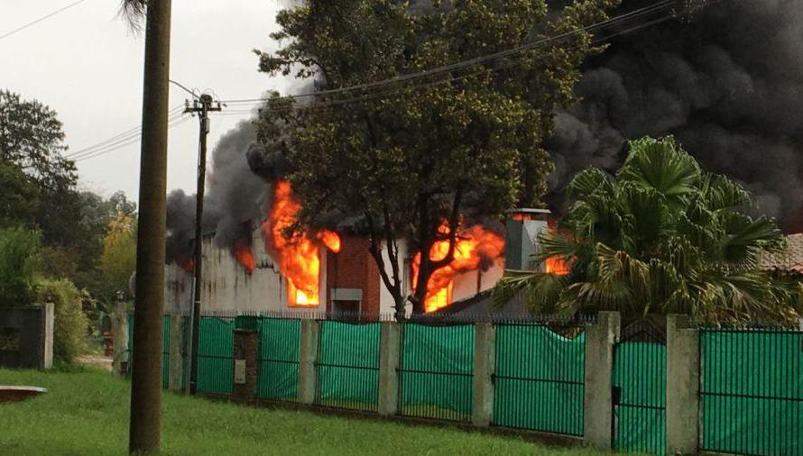Fuerte y grave incendio en Luján requirió asistencia de Bomberos de Mercedes