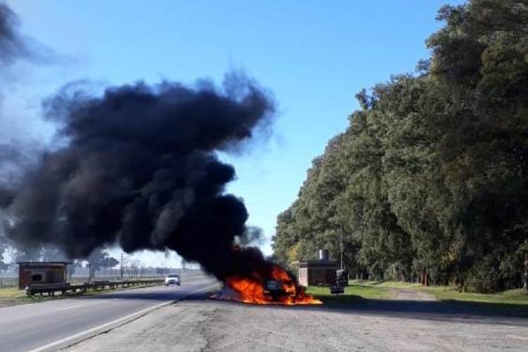 Incendio de automotor sobre Ruta 5 km 124,500