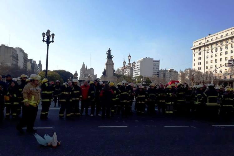Bomberos Voluntarios de Mercedes participaron del abrazo al Congreso y del Sirenazo