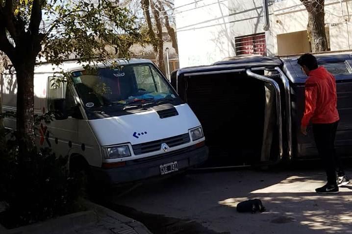 Camioneta volcó y chocó a cuatro vehículos