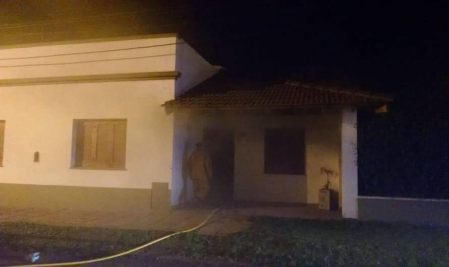 Controlan incendio en vivienda que generó algunos daños materiales