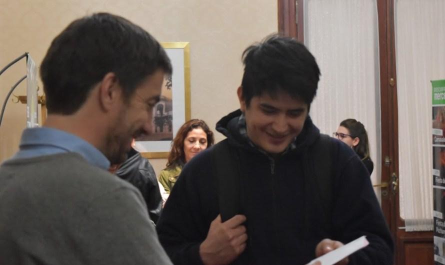 Entregan becas a estudiantes del IFDyT Nº7