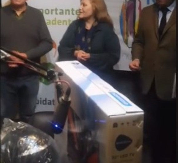 Municipio sorteo la TV entre los vecinos que usan casco