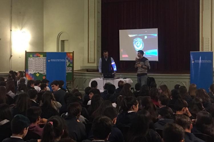 """En Nacional hubo una charla sobre """"vida digital y prevención en línea"""""""