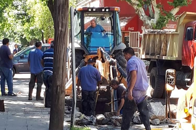 Por obra municipal se rompe caño de gas
