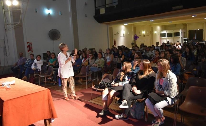 Alicia Stolkiner expuso sobre «Perspectiva de género» anta un nutrido auditorio