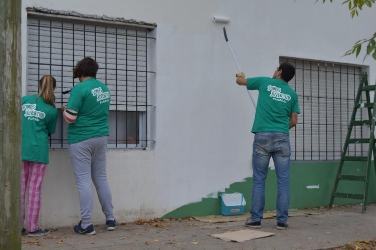 Jóvenes solidarios pintaron el Jardín N° 904