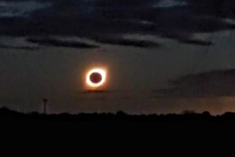 El eclipse total de sol se dejó ver entre las nubes