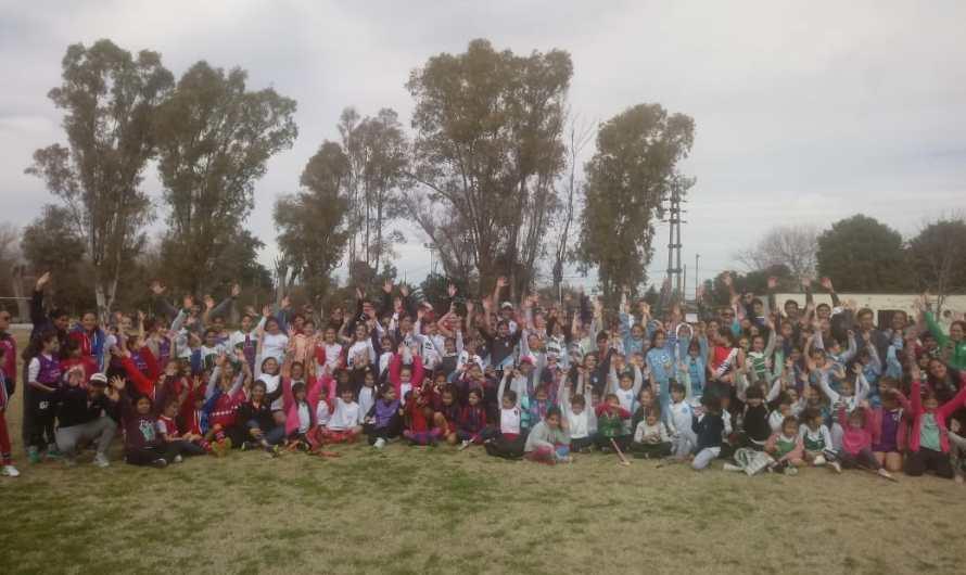 En Parque Esperanza de Luján se realizó una clínica de hockey para infantiles