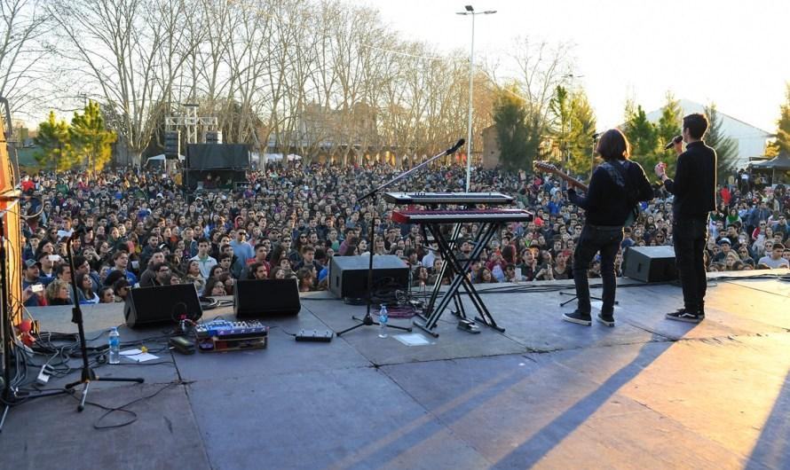 Gran cantidad de jóvenes en show de «El Kuelgue» en La Trocha