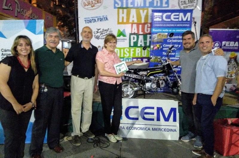 Rosana Canga ganó la moto sorteada por los comerciantes