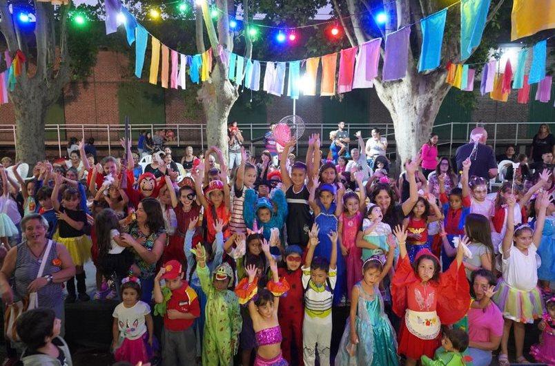 Cientos de niños y niñas desfilaron en el «corsito»