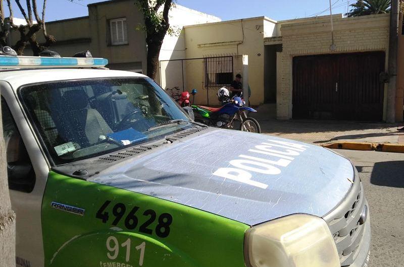 Personal de la Policía detiene a un hombre por resistencia a la autoridad