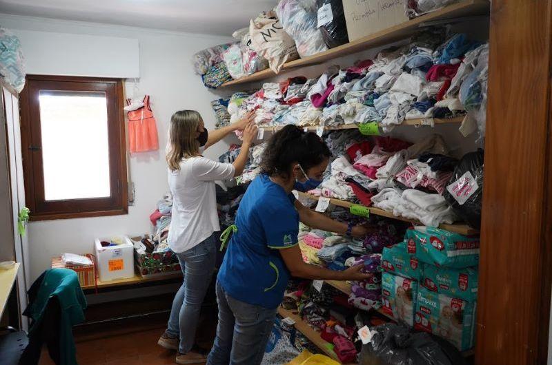 Abuelas tejedoras entregaron otra tanda de ropa para bebés en el programa Mil Días