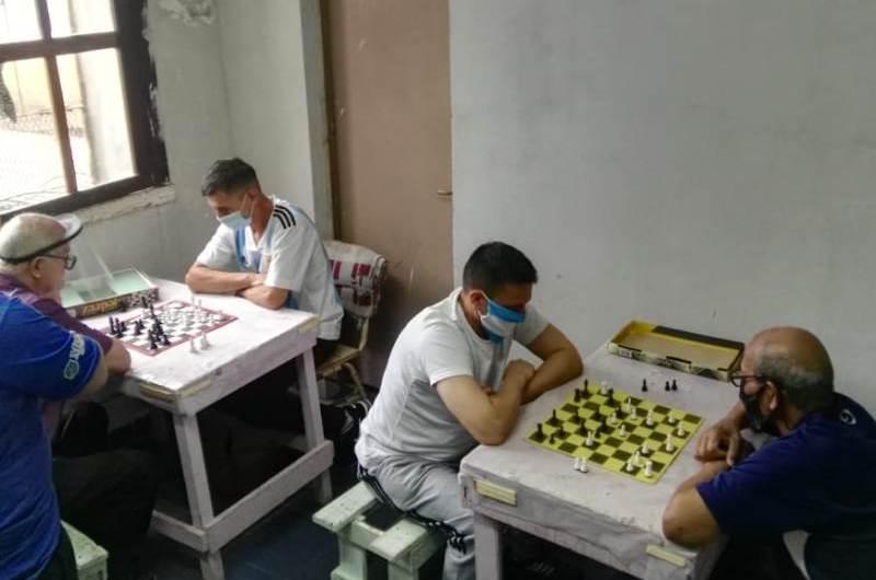 Retoman clases de ajedrez para los internos de la Unidad 5