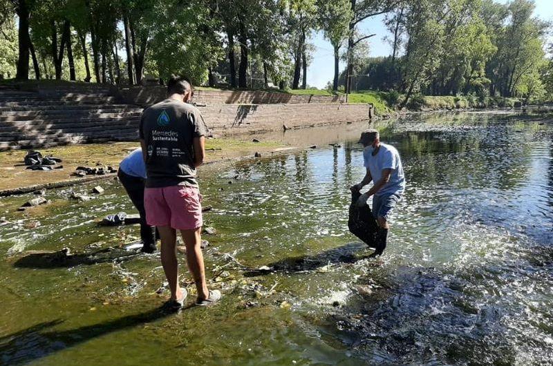 Limpian el balneario del Parque Municipal