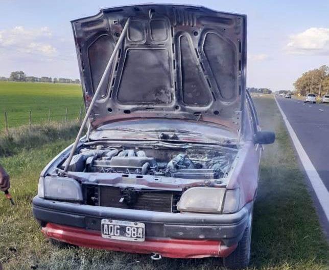 Incendio en un autos que circulaba en la Ruta N° 5