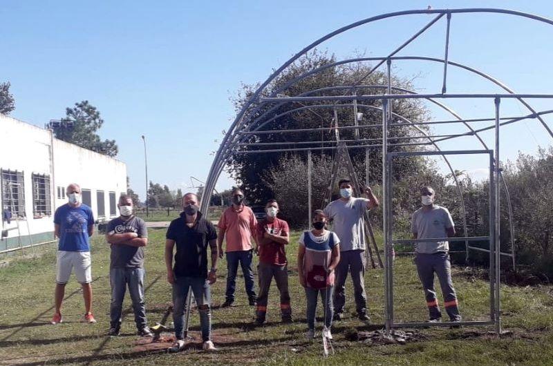 Trabajadores municipales colaboraron en la construcción de invernáculo en CEPT N° 4