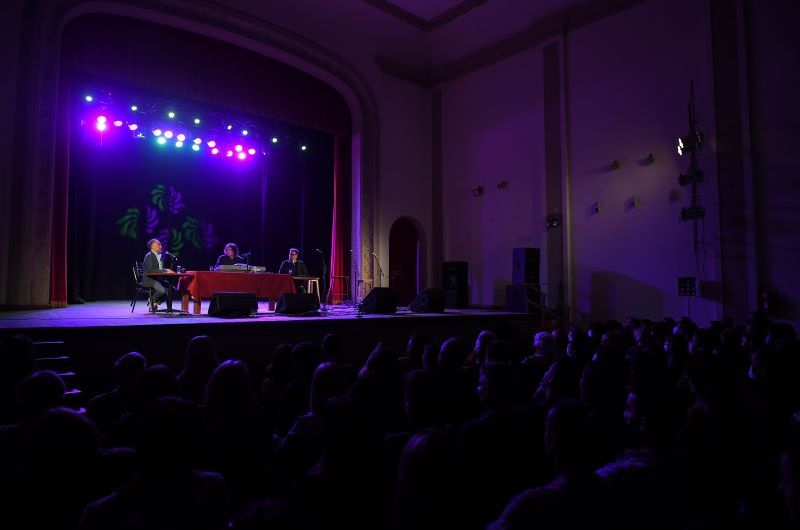Alejandro Dolina volvió a llenar el Teatro Argentino