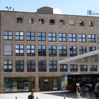 Gebäude von aussen vom Bahnhofplatz Baden her