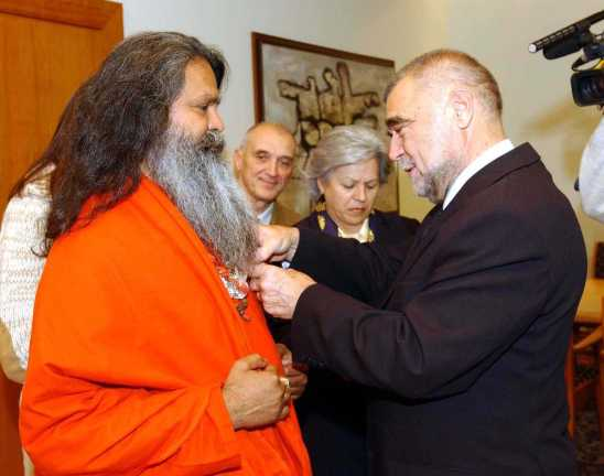 Stipe Mesić nagrađuje Paramhans Swami Maheshwarananda u ime Hrvata s hrvatskom nagradom Katarine Zrinske u 2002. Podsjetimo da je u to vrijeme pokrenut zahtjev uvođenja Joge kao predmet u škole.