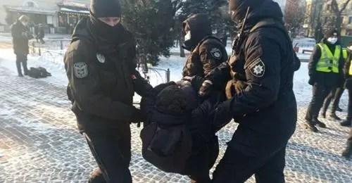 Поліція затримує протестуючих на протесті проти безкарності за ультраправе насильство, Київ, Україна, 19 січня 2021 року.