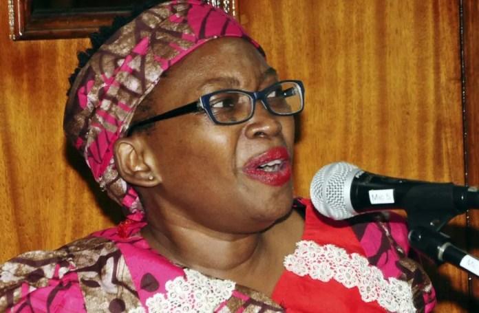 Uma mulher falando em um microfone