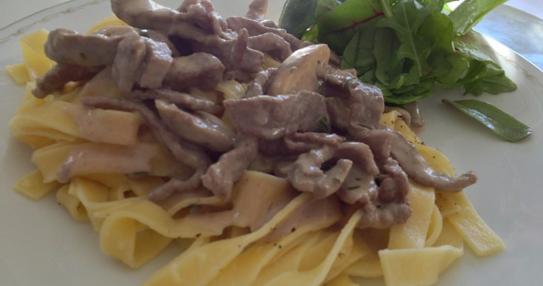 Tagliatelle med lövbiff och svamp i krämig gräddsås - Recept på Hssons skafferi