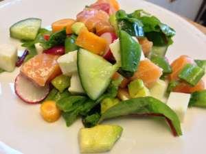 Fräsch sommarsallad med Salma-lax - Recept från Hssons Skafferi