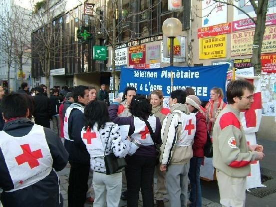 <P><STRONG>Mobilisation de l'association HTTN en faveur des sinistrés d'Asie du Sud-Est</STRONG></P> <P>Ce 2 janvier 2005, l'Association a entrepris une vaste collecte dans les rues du XIIIème arrondissement Paris afin de récolter des fonds pour venir en aide aux victimes du terrible Tsunami en Asie du Sud-Est. </P> <P>Malgré le froid de ce jour-là, les efforts de nos amis ont porté leurs fruits. Plus de 15 000 euros ont récolté en moins de 4 heures au profit de la Croix Rouge. </P> <P>Bravo