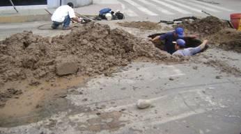 Trabajadores de Emapa Huaral, parchando tubo.