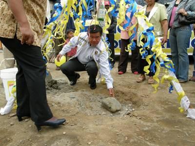 Momentos en que el Ing. Nelson Chui pone la primera piedra.