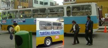 Bus de la municipalidad de Breña donde  se llevaba los regalos.