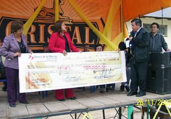 La alcaldesa Edith Flores recibó el cheque simbólico.