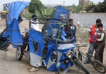 La moto azul  de placa MCG. 4275