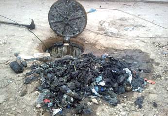 Residuos sólidos que arrojan en el buzon de alcantarrillado.