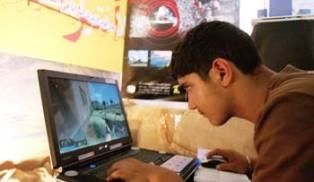 La gran mayoria del tiempo que pasan en el internet se dedican al juego y un poco porcentaje de tiempo en sus tareas