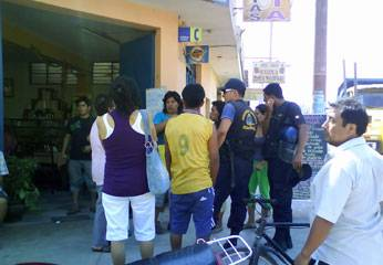 Víctimas y serenos municipales en esquina de Av. Estación.