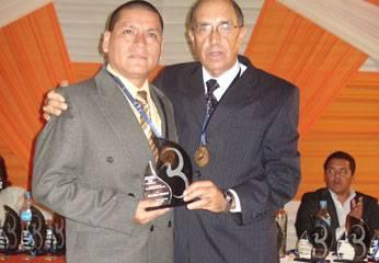 Donayre entregó trofeo a Sandro Reyes Director del Diario Chaski