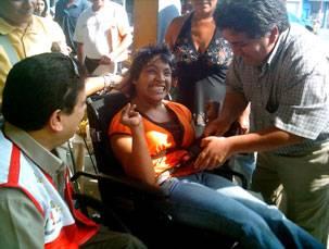 Persona con discapacidad, beneficiada con silla de rueda.