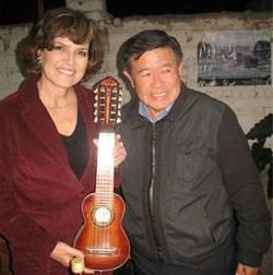El presidente regional expresó su saludo a la Dra. Pinilla por su cumpleaños y conocedor que a ella le gusta cultivar la música peruana, le regaló un hermoso charango.
