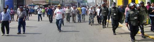 Pobladores afectados por los cobros del agua, marcharon hacia las instalaciones EMAPA y luego al municipio de Huaral.