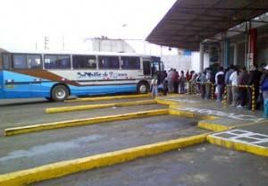 Pasajeros haciendo cola en el terminal de Huacho.