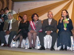 Jaime Uribe junto a autoridades de la región y de la arqueóloga Ruth Shady