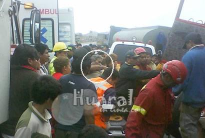 Bomberos voluntarios rescatan al accidentado.