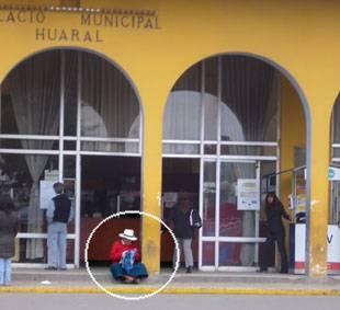 Abuelita almorzando en la vereda de la Municipalidad provincial de Huaral.