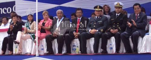 Autoridades en estrado oficial por el 119 aniversario de creación como distrito de Huaral.