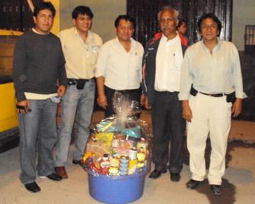 Periodista de Astral Tv Chany,Jhony Aguero, Ganador de la rifa Navideña Fidel Urbizagástegui, Maguiño y Carlos Olivares.