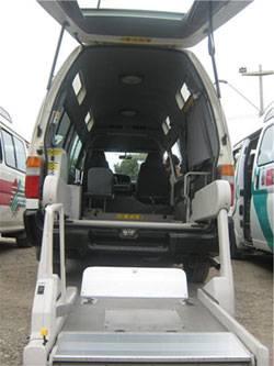Bus moderno acondicionado para personas con discapacidad.