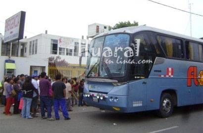 Ómnibus de la empresa Flores en hospital de Chancay.